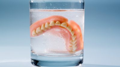 Llevo prótesis dental, ¿cómo debo cuidarla?